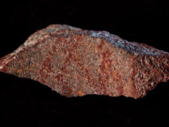 Zkoumaný úlomek, který pochází z doby před 73 tisíci lety