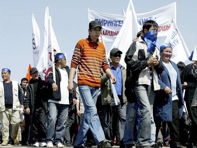 Kyrgyzové žádající odstoupení prezidenta a tak pokračují v protestech.