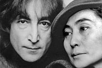 John Lennon s manželkou Yoko Ono v roce 1980. Ve stejném roce byl Lennon zavražděn.
