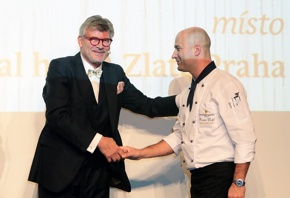 Přehled a hodnocení nejlepších restaurací na české gastronomické mapě v režii Pavla Maurera (vlevo).