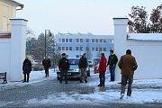 Zeman dorazil na tiskovou konferenci v Boskovicích. Na místě přihlížela jen hrstka podporovatelů.