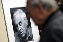 Poslední rozloučení se scenáristou a dramatikem Jiřím Hubačem, který zemřel 27. září ve věku 82 let, se konalo 6. října v Praze.