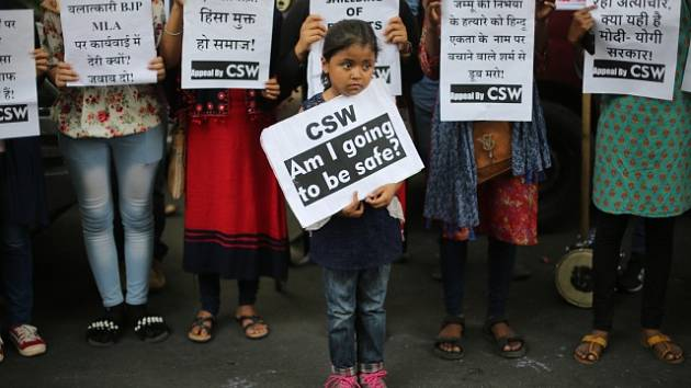 Indové protestují proti znásilňování dětí