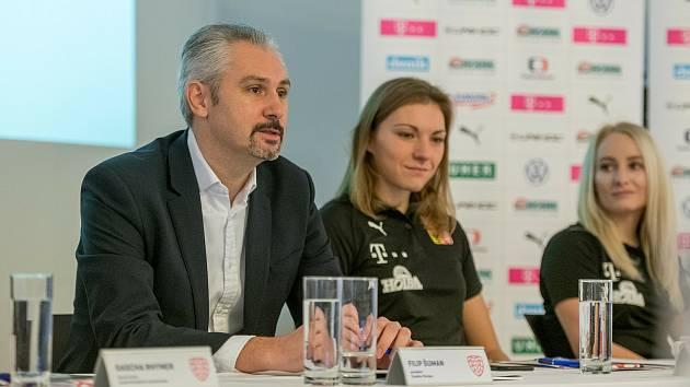 Předseda České florbalové unie Filip Šuman s oporami národního týmu Eliškou Krupnovou a Martinou Řepkovou.