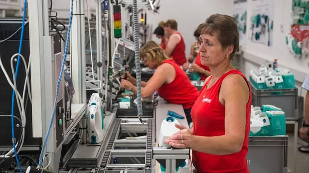 Operátorka linky na výrobu parních čističů. Ilustrační snímek