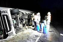 Nehoda kamionu na Sokolovsku. Řidiče museli hasiči vyprostit.