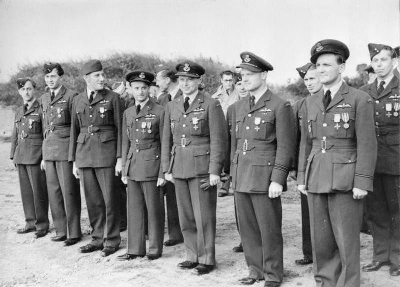 Příslušníci 310. stíhací perutě vyznamenaní prezidentem Edvardem Benešem na základně Exeter