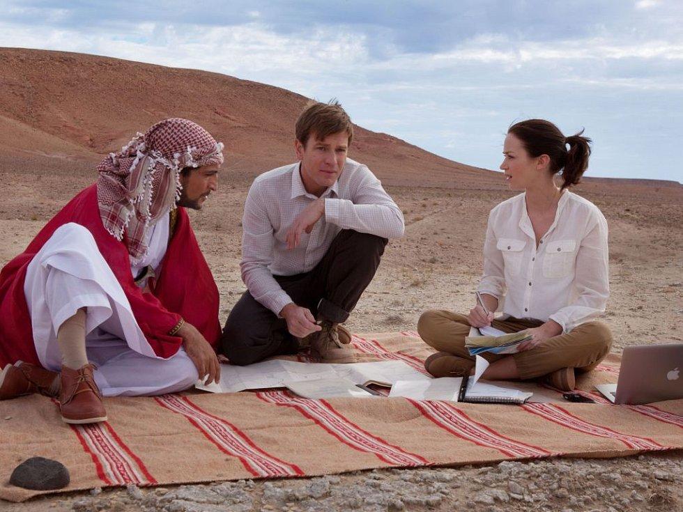 LOSOSI V JEMENU. Sheikh Muhammed, Ewan McGregor a Emily Blunt jako tři spiklenci plánující uprostřed pouště rybářskou novinku pro místní domorodce…