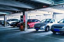 """Zatímco majitelé elektromobilů mohou beztrestně zaparkovat v libovolném parkovacím domě, tak lidem, kteří vlastní vůz na """"plyn"""" je toto kryté stání prakticky zapovězeno."""