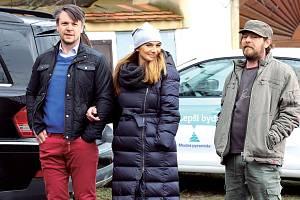 Alice Bendová s Ondřejem Kavanem a Leošem Nohou v seriálu Slunečná