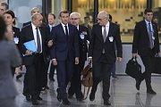 Francouzský prezident Emmanuel Macron naslouchá radám svých poradců.