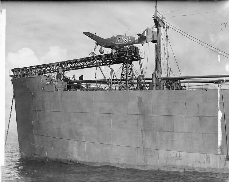 Stíhač Hurricane na katapultu válečné lodi CAM