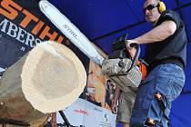 Redaktor Deníku Libor Kalous si vyzkoušel řezání motorovou pilou na čas. Přípravný kemp pro začínající a pokročilé před mistrovstvím ČR v dřevorubeckém sportu Stihl Timbersports v areálu O2 Žlutých lázní.