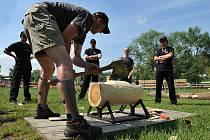 Martin Komárek ukazuje jak seseknout špalek. Přípravný kemp pro začínající a pokročilé před mistrovstvím ČR v dřevorubeckém sportu Stihl Timbersports v areálu O2 Žlutých lázní.
