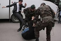 Turecký horník, který se nechtěně proslavil jako oběť kopanců poradce tehdejšího premiéra Recepa Tayyipa Erdogana během loňské demonstrace, byl potrestán pokutou za příliš agresivní projevování svých názorů.