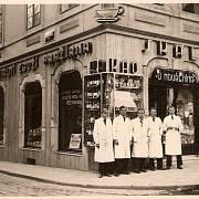 U Mouřenína, obchod rodiny Skálů, otec Josef ho převzal jako 18tiletý, Praha Malá Strana 1931