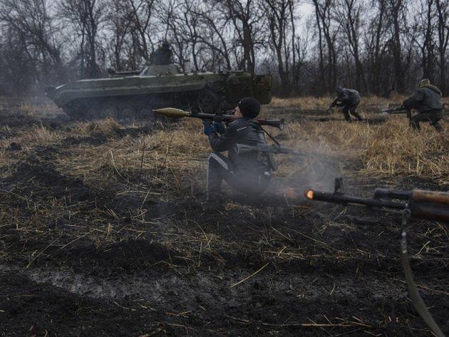 Při útoku proruských separatistů na východě Ukrajiny přišli o život od pátečního do dnešního rána dva ukrajinští vojáci.