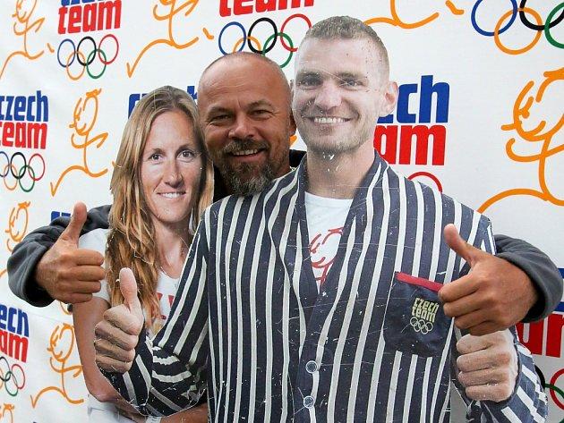 Václav Chalupa (uprostřed) s maketami skifařů Mirkou Topinkovou Knapkovou a Ondřejem Synkem.