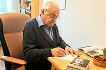 Při jedné zposledních návštěv u kardinála Miloslava Vlka podepisoval knihu o svém životě.