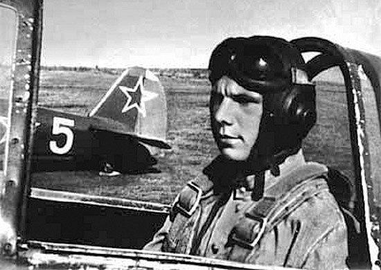 Jurij Gagarin v roce 1954 jako kadet v saratovském aeroklubu, kde se učil létat