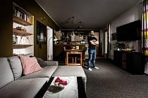 Josef Dressler žije s přítelkyní Sašou a dětmi už přes dvacet let v patrovém domku v pražských Hostavicích.