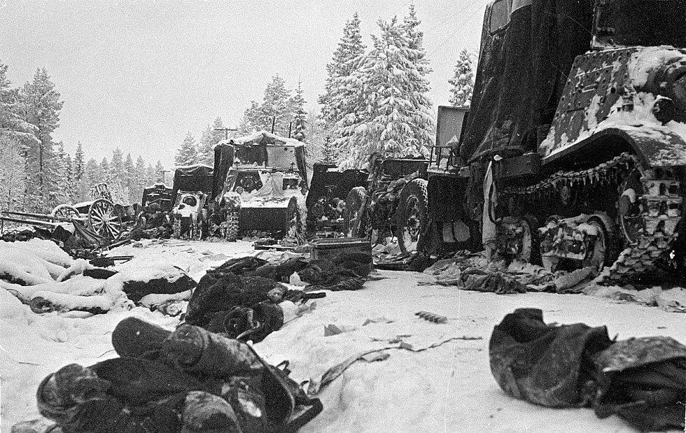 Zničená sovětská vojenská kolona na silnici Raate