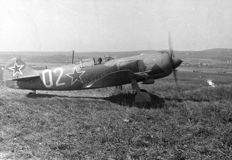 První jednotkou zahraniční armády, která, stanula na půdě vlasti, byl 1. čs. stíhací letecký pluk. Pluk operoval z letiště Zolná na povstaleckém území na Slovensku
