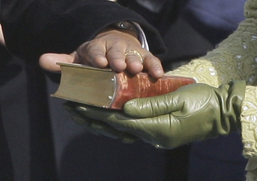 BIBLE. Patřila Abrahamu Lincolnovi, přísahal na ni v roce 1861. Po něm ji použil až Barack Obama v letech 2009 a 2013.