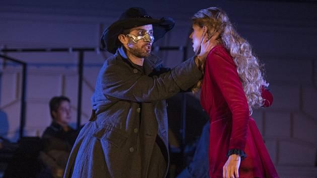 Herci Daniel Bambas a Lilian Fischerová jako Cyrano a Roxana