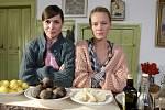 Herečky Kateřina Winterová a Linda Rybová (zleva) natáčí nový pořad České televize Herbář.