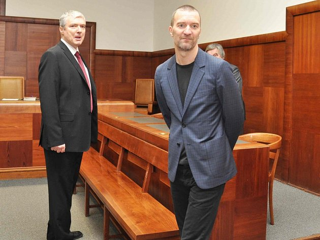 Tomáš Pitr (vpravo) u soudu.