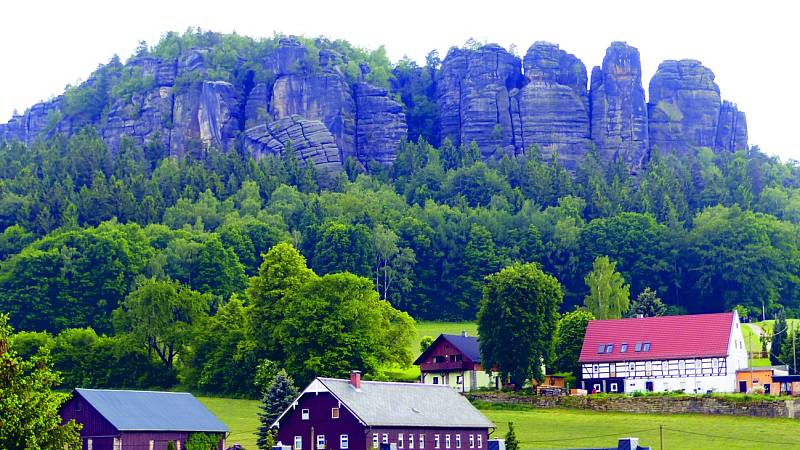 Jednou z dominant Saského Švýcarska je stolová hora Pfaffenstein, ležící na západním břehu Labe.