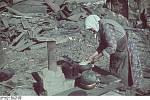 Jedna z obyvatelek Stalingradu se pokouší v troskách uvařit jídlo