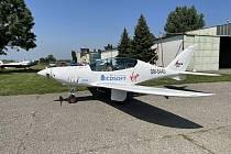 Teprve devatenáctiletá Zara Rutherfordová se v těchto dnech pokouší obletět svět. Letí v československém stroji Shark, vyrobeném v Senici na Slovensku. Na snímku odlet Zary Rutherfordové se Sharkem ze senického letiště.