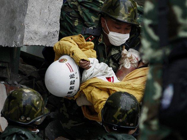 Čínský voják pomáhá zraněnému dítěti.