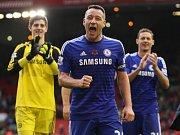 John Terry slaví se svými spoluhráči výhru nad Liverpoolem.