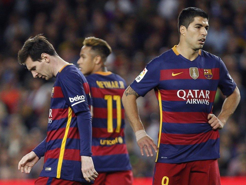 Zklamané hvězdy Barcelony (zleva) Lionel Messi, Neymar a Luis Suárez po prohře s Valencií.