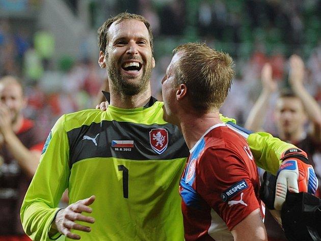 Brankář Petr Čech (vlevo) a David Limberský se radují zpostupu do čtvrtfinále mistrovství Evropy.