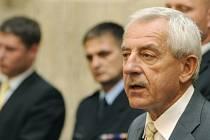Ministr zdravotnictví Leoš Heger informuje novináře o schůzce krizového štábu