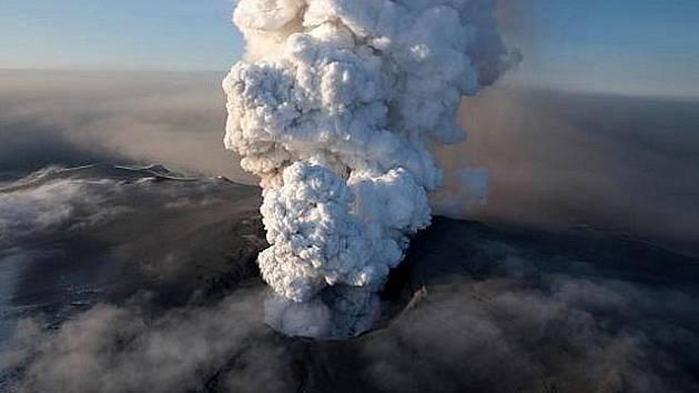 Sopka pod ledovcem Eyjafjallajökull na jihu Islandu.