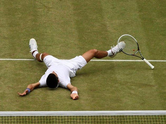 Novak Djokovič se raduje z vítězství ve finále Wimbledonu.