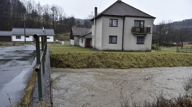 Rozvodněná řeka Dřevnice v Kašavě na Zlínsku