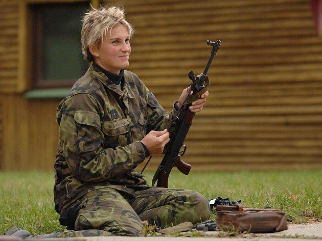 Výcvik armádních sportovců: Barbora Špotáková čistí zbraň