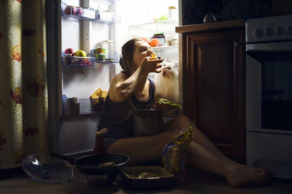 Emoční hlad přijde nárazově, ihned jako blesk z nebe, je velký a naléhavý.