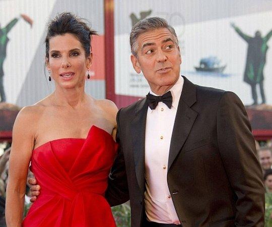 Úvod jednoho znejvýznamnějších filmových festivalů na světě obstarala premiéra amerického vědeckofantastického filmu Gravitace mexického režiséra Alfonsa Cuaróna. Hlavní role vnesoutěžním snímku hrají Sandra Bullock a George Clooney.