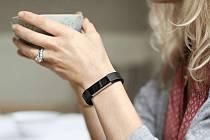 Fitness náramek Fitbit Alta, jaký používala zavražděná žena.