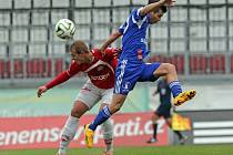 Fotbalisté Olomouce (v modrém) proti Pardubicím.