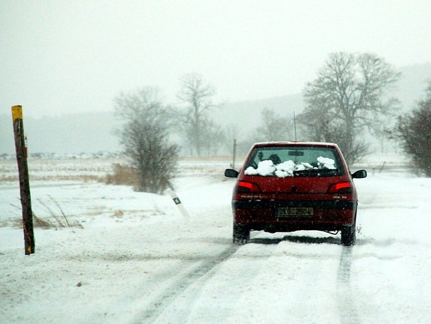Noční sněhová nadílka na většině území republiky přinesla řidičům, kteří ráno vyrazili na vozovky, opět komplikace.