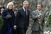 Princ Charles s manželkou Camillou, vévodkyní z Cornwallu prochází 20. března 2010 za doprovodu pražského primátora Pavla Béma zahradou Na Valech v areálu Pražského hradu.