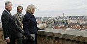 Princ Charles s manželkou Camillou, vévodkyní z Cornwallu si za doprovodu prohlédli 20. března 2010 zahrady Pražského hradu. Na snímku si prohlížejí historické jádro Prahy z Moravské bašty zahrady Na Valech.